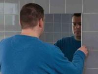 Hogyan ragasszunk tükröt csavarozás nélkül?
